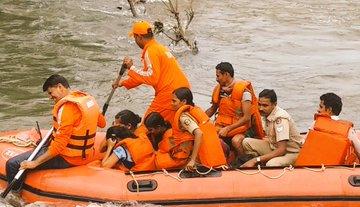 floods, rains, death toll, drowned, rescued, landslides, food and relief funds, NDRF, IAF, Kerala, Maharashtra, Chief Minister Pinarayi Vijayan, Malappuram, Kannur, Kozhikode, Chief Minister Devendra Fadnavis, Kolhapur, Sangli, The Federal, English news website